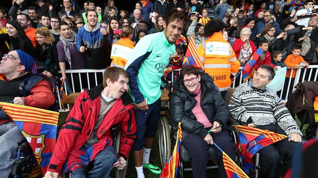 Neymar, amb diversos aficionats durant l'entrenament. FOTO: MIGUEL RUIZ - FCB