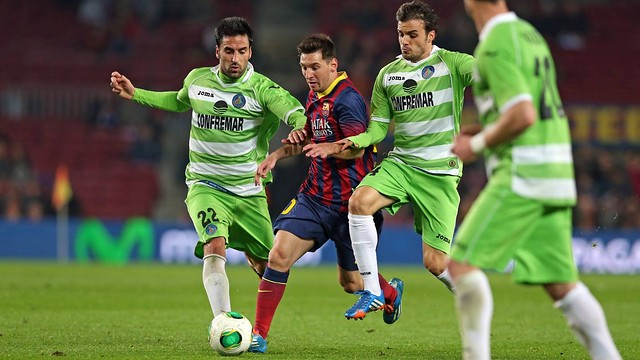 Leo Messi amid three Getafe players / PHOTO: Miguel Ruiz - FCB