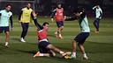 Busquets et Pedro se disputent un ballon / PHOTO: MIGUEL RUIZ - FCB