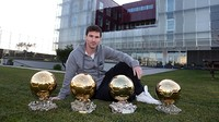 Messi duduk di pelataran La Masia dengan 4 Balon d'Or yang dimenangkannya