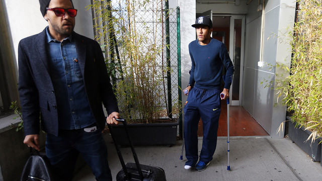Neymar was on crutches as the team returned from Madrid. PHOTO: MIGUEL RUIZ
