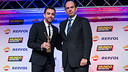 Xavi with his trophy at the Gran Gala de Mundo Deportivo / PHOTO: GERMÁN PARGA - FCB