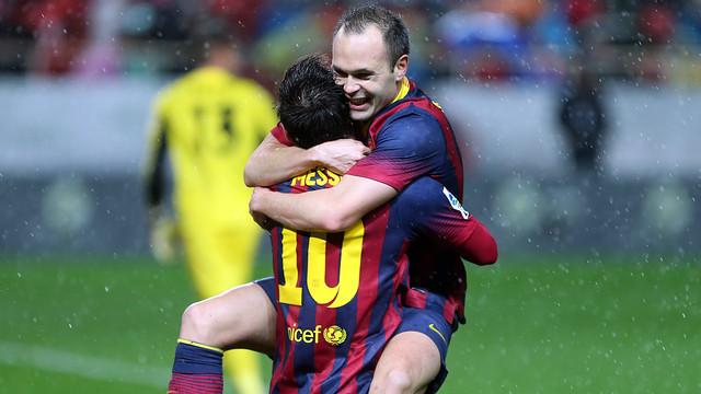Iniesta celebrates with Messi / PHOTO: MIGUEL RUIZ - FCB