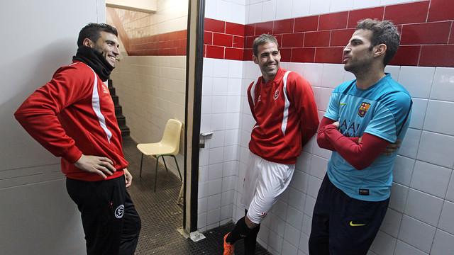 Cesc Fàbregas parlant amb Reyes i Fernando Navarro / FOTO: MIGUEL RUIZ - FCB