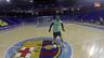 Wilde mirant de superar el porter del Barça Alusport