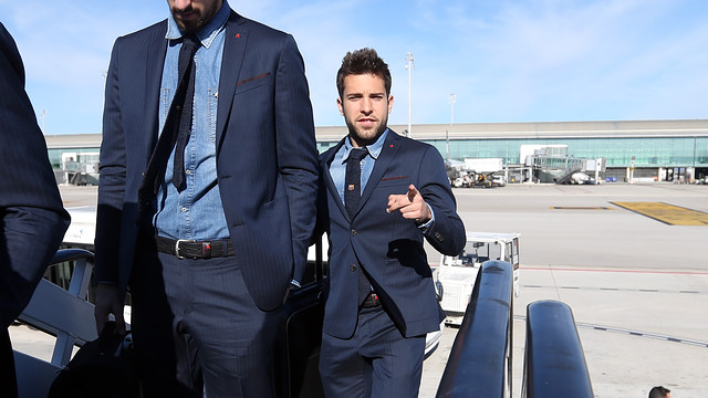Jordi Alba, getting on the plane / PHOTO: MIGUEL RUIZ - FCB