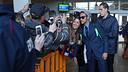 Neymar with a fan at San Sebastian airport / PHOTO: MIGUEL RUIZ - FCB