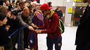 Neymar, signant autògrafs a l'arribada del Barça a Manchester / FOTO: MIGUEL RUIZ - FCB
