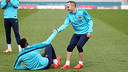 Andrés Iniesta helping Alex Song get up during training ahead of 'El Clásico' / PHOTO: MIGUEL RUIZ - FCB