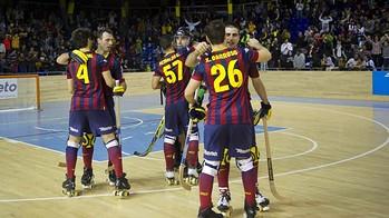Algunos jugadores del Barça se abrazan tras un partido para celebrar la victoria