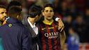 Isaac Cuenca intenta dar apoyo a Marc Bartra. / FOTO: MIGUEL RUIZ - FCB