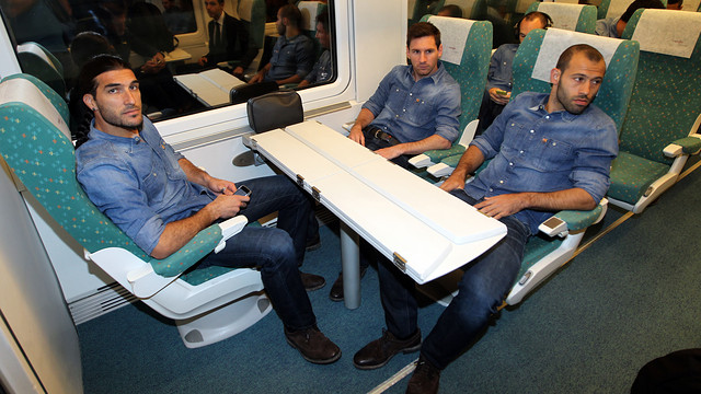 Pinto, Messi and Mascherano on the train to Castellon / PHOTO: MIGUEL RUIZ - FCB