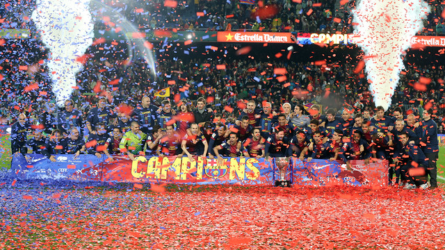 The players celebrated with the fans at the Camp Nou against Valladolid. / PHOTO: FCB ARCHIVE