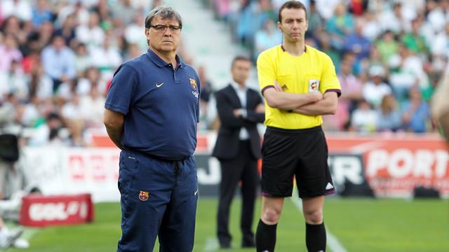 Gerardo Martino observa con atención el partido entre el Elche y el Barça