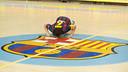 Juanín García fa un petó a l'escut del Barça al parquet del Palau Blaugrana