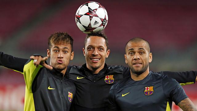 Neymar, Adriano i Dani Alves, en un entrenament de Lliga de Campions / FOTO: MIGUEL RUIZ - FCB