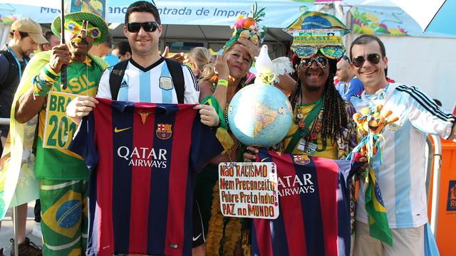 Aficionados posando con la camiseta azulgrana