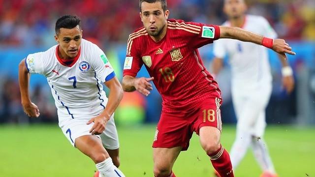 Alexis dan Jordi Alba memperebutkan bola saat Cile-Spanyol