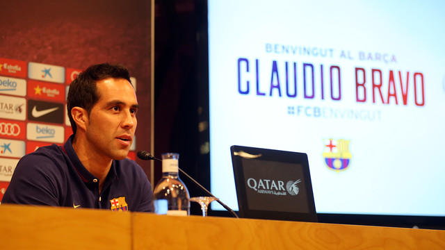 Claudio Bravo has given his first press conference as a Barça player / PHOTO: MIGUEL RUIZ-FCB