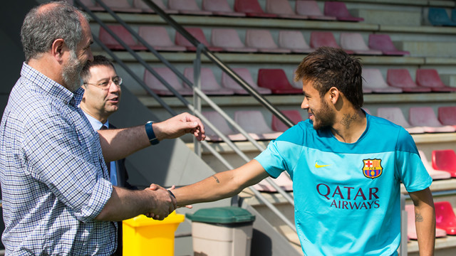 Zubizarreta and Bartomeu greet Neymar at a training session