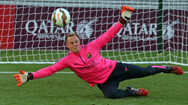 Ter Stegen hurt his back in Monday's late traiming session / PHOTO: MIGUEL RUIZ-FCB