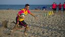 Torra, en plena carrera en la playa / FOTO: VICTOR SALGADO - FCB