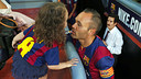 Iniesta, with his daughter, in the players' tunnel / PHOTO: MIGUEL RUIZ - FCB