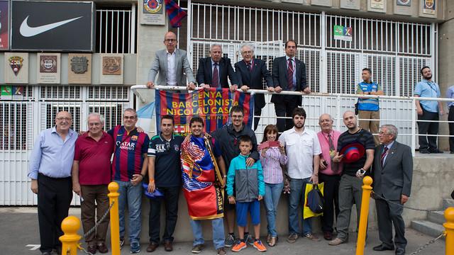 grupo de gente la fachada del estadio