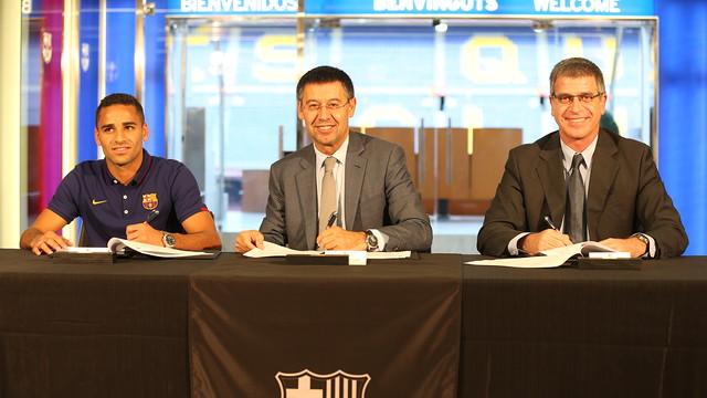Douglas Pereira, al costat del president Bartomeu i el vicepresident Mestre / FOTO: MIGUEL RUIZ - FCB