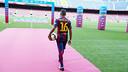 Douglas Pereira, pisando por primera vez el césped del estadio. FOTO: Miguel Ruiz - FCB