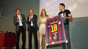 Jordi Alba ha fet entrega d'una samarreta signada a la PB Jordi Alba Zona Franca / FOTO: GERMÁN PARGA - FCB
