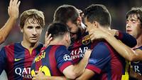 Pique berpelukan dengan Messi, Bartra, Sergio Roberto dan Sandro memandangi