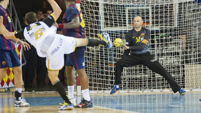 Saric, aturant un llançament en un partit de Lliga al Palau. / FOTO:ARXIU-FCB