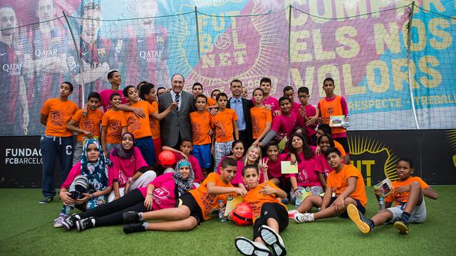 Un grupo de jóvenes rodean a Ramon Pont i a Ivan Tibau en el stand de 'FutbolNet'