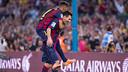 Neymar, nos hombros de Messi para celebrar o gol do argentino.