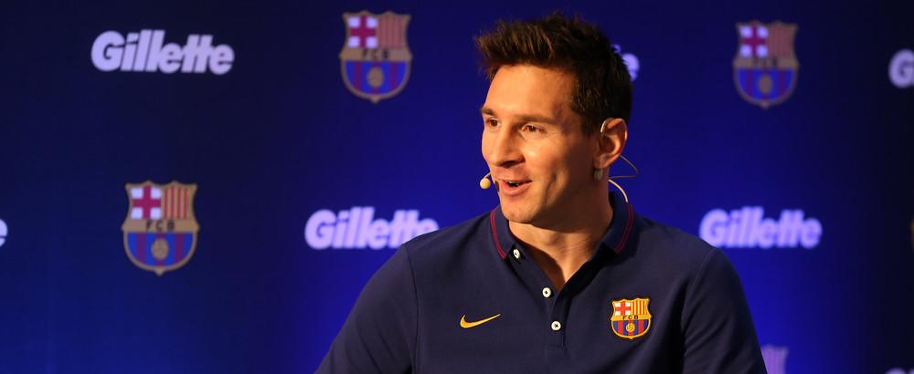 Messi mengenakan earphone untuk berbicara