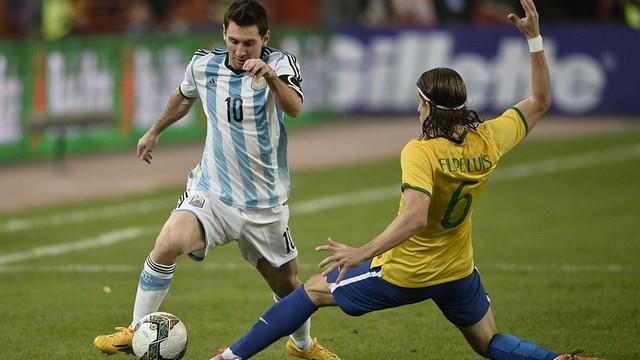 Messi saat bersama Filipe Luis memperebutkan bola