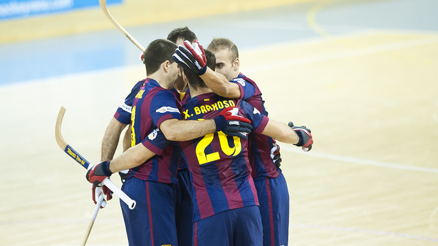 Los jugadores del Barça se abrazan para celebrar un gol en el Palau