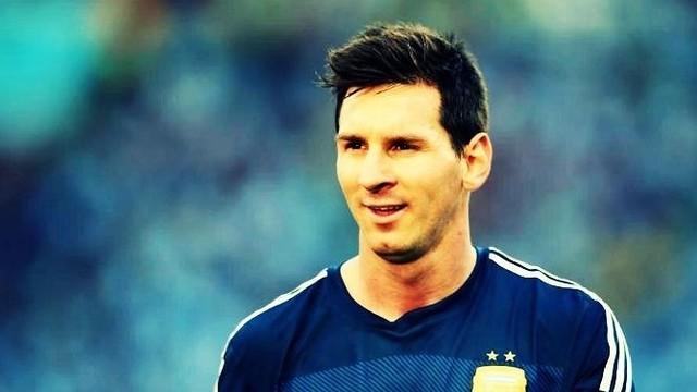 Messi memandang ke arah lain sambil tersenyum