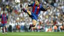 Xavi scores at the Bernabéu in 2003/04 / PHOTO: MIGUEL RUIZ - FCB