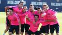 Sergio Busquets y el equipo ganador en el ejercicio inicial del entrenamiento / FOTO: MIGUEL RUIZ - FCB