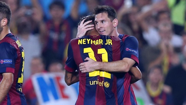 Messi dan Neymar sedang berpelukan di lapangan