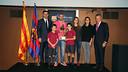 Mascherano con el Presidente Josep Maria Bartomeu, el padre de Aldo Rovira, Josep Lluís, su viuda y sus hijos - FOTO: MIGUEL RUIZ