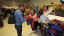 Alves signa un autògraf a Almeria / FOTO: MIGUEL RUIZ-FCB