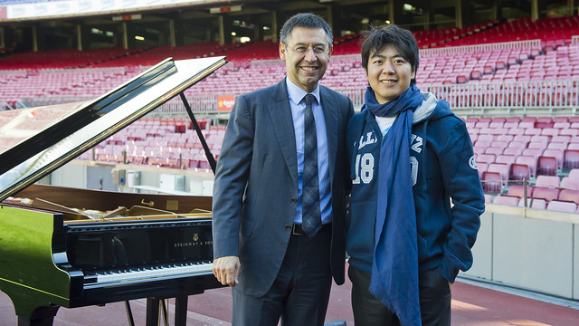 President Josep Maria Bartomeu and pianist Lang Lang at Camp Nou. / PHOTO: VÍCTOR SALGADO - FCB