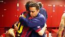 Xavi y Messi abrazándose en el vestuario tras el partido / FOTO: MIGUEL RUIZ - FCB