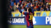Messi levanta as mãos para o céu ao celebrar um dos gols contra o APOEL.