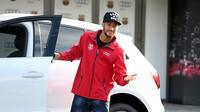 Neymar abrindo a porta do seu novo Audi.