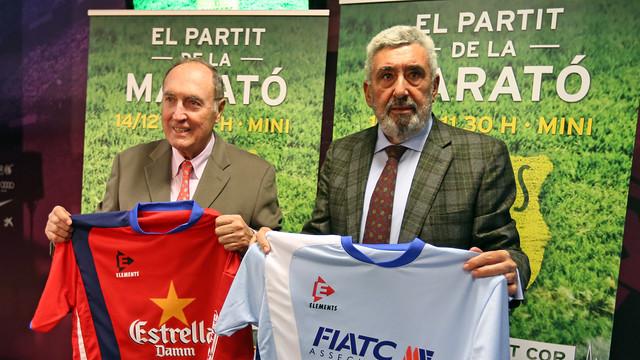 Ramon Pont y Jaume Llauradó con las camisetas del partido en las manos, durante la presentación del partido