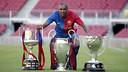 Éric Abidal, amb el triplet 2008/09. FOTO: MIGUEL RUIZ-FCB.